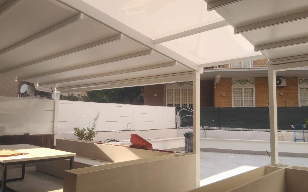 Pergotenda a Roma in promozione anche con finestrature e chiusure trasparenti con porte di accesso in alluminio e vetro.
